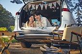 캠핑, 차박캠핑 (캠핑), 감성, 즐거움, 편안함 (컨셉), 휴식, 브런치 (식사), 듣기 (감각사용), 장식하기 (움직이는활동), 이성커플, 숲, 사랑 (컨셉)