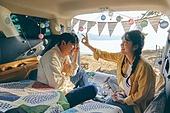 캠핑, 차박캠핑 (캠핑), 감성, 즐거움, 편안함 (컨셉), 휴식, 듣기 (감각사용), 장식하기 (움직이는활동), 이성커플, 사랑 (컨셉), 장난치기 (감정)