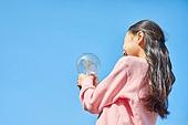 어린이 (나이), 초등학생, 희망 (컨셉), 기대 (컨셉), 꿈같은 (컨셉), 교육 (주제), 창의성, 아이디어, 호기심, 전구 (전등빛)