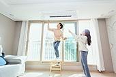 한국인, 집 (주거건물), 아파트, 거실, 에어컨, 시스템에어컨, 천장 (건물특징), 고장, 통화중, 검사 (응시), 고장 (나쁜상태)