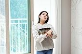 집 (주거건물), 누출 (나쁜상태), 물 (자연현상), 떨어짐, 보험 (주제), 우울, 주택보험, 천장 (건물특징), 여성, 받음 (움직이는활동), 거실