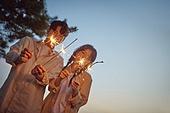 일몰 (땅거미), 캠핑, 커플 (인간관계), 이성커플 (커플), 사랑 (컨셉), 땅거미 (여명), 행복, 감성, 파티폭죽 (장식품), 장난치기 (감정)