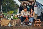 캠핑, 차박캠핑 (캠핑), 자연, 장작, 장난치기 (감정), 즐거움, 얼굴표정 (커뮤니케이션컨셉), 멀리보기 (응시), 커플, 사랑 (컨셉)