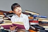 어린이 (나이), 초등학생, 교육 (주제), 가르침 (움직이는활동), 공부, 책, 독서 (읽기), 응시 (감각사용), 멀리보기 (응시)
