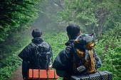 남성, 두명 (사람의수), 배낭, 산, 여행, 하이킹 (아웃도어), 걷기 (물리적활동), 하이킹, 우비, 아웃도어