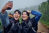 남성, 두명 (사람의수), 산, 여행, 하이킹 (아웃도어), 함께함 (컨셉), 하이킹, 우비, 아웃도어, 안개, 산봉우리 (산), 자신감