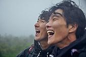 남성, 두명 (사람의수), 산, 여행, 하이킹 (아웃도어), 하이킹, 우비, 아웃도어, 안개, 산봉우리 (산), 성공, 결의, 밝은표정, 위기극복 (컨셉), 환호 (말하기), 고함 (말하기), 성취 (성공)