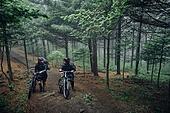 산악자전거타기 (사이클링), 성인 (나이), 남성, 도전 (컨셉), 아웃도어, 활동적인생활, 여행, 배낭여행자 (여행하기), 함께함 (컨셉), 대화