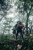 산악자전거타기 (사이클링), 성인 (나이), 남성, 도전 (컨셉), 아웃도어, 활동적인생활, 여행, 배낭여행자 (여행하기), 역경, 오르막 (언덕)