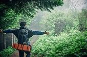 남성 (성별), 오솔길 (보행로), 산림, 여행, 백패커 (여행하기), 하이킹 (아웃도어), 걷기 (물리적활동), 혼자여행 (여행)