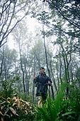 남성 (성별), 오솔길 (보행로), 산림, 여행, 백패커 (여행하기), 하이킹 (아웃도어), 걷기 (물리적활동), 혼자여행 (여행), 미소, 만족 (컨셉)