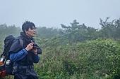 남성 (성별), 오솔길 (보행로), 산림, 여행, 백패커 (여행하기), 하이킹 (아웃도어), 사진작가 (창조적직업), 촬영, 미소, 행복