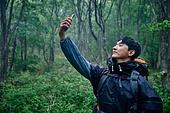 남성 (성별), 오솔길 (보행로), 산림, 여행, 백패커 (여행하기), 하이킹 (아웃도어), 혼자여행 (여행), 안개, 화상통화 (인터넷전화)