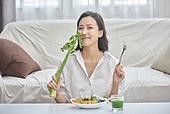 여성, 비건, 채식 (음식), 건강관리 (주제), 다이어트, 셀러리 (채소), 디톡스, 미소