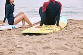 커플 (인간관계), 바다, 해변, 여름, 휴가, 서핑, 앉기 (몸의 자세)