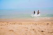 커플 (인간관계), 바다, 해변, 여름, 휴가, 달리기 (물리적활동), 달려들기, 뒷모습, 물장구