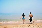 커플 (인간관계), 바다, 해변, 여름, 휴가, 달리기 (물리적활동), 달려들기, 뒷모습