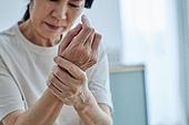 50대 (중년), 중년여자 (성인여자), 완경기 (컨셉), 번아웃증후군 (격언), 고통 (컨셉), 손가락, 사람손 (주요신체부분), 근육통 (질병)