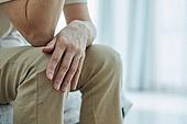 50대 (중년), 중년여자 (성인여자), 완경기 (컨셉), 번아웃증후군 (격언), 고통 (컨셉), 손가락, 사람손 (주요신체부분), 근육통 (질병), 무릎통증