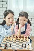 어린이 (나이), 체스, 가족, 딸, 창의성, 엄마, 걱정 (어두운표정)