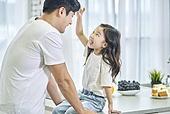 남성, 아빠, 어린이 (나이), 딸, 아침, 아침식사, 미소, 행복, 즐거움
