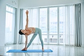 중년여자 (성인여자), 건강한생활, 요가, 스트레칭, 액티브시니어, 유연성, 활력, 홈트레이닝 (운동), 균형 (컨셉)
