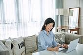 중년여자 (성인여자), 쇼핑 (상업활동), 온라인쇼핑 (전자상거래), 해외직구 (상업활동), 비대면, 신용카드결제, 미소