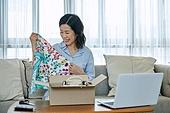 중년여자 (성인여자), 쇼핑 (상업활동), 온라인쇼핑 (전자상거래), 해외직구 (상업활동), 비대면, 열기 (움직이는활동), 미소