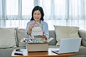 중년여자 (성인여자), 쇼핑 (상업활동), 온라인쇼핑 (전자상거래), 해외직구 (상업활동), 비대면, 열기 (움직이는활동)