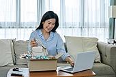 중년여자 (성인여자), 쇼핑 (상업활동), 온라인쇼핑 (전자상거래), 해외직구 (상업활동), 비대면, 열기 (움직이는활동), 리뷰 (컨셉)