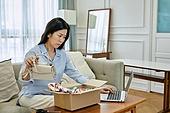 중년여자 (성인여자), 쇼핑 (상업활동), 온라인쇼핑 (전자상거래), 해외직구 (상업활동), 비대면, 열기 (움직이는활동), 실망 (슬픔), 교환