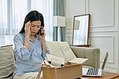 중년여자 (성인여자), 쇼핑 (상업활동), 온라인쇼핑 (전자상거래), 해외직구 (상업활동), 비대면, 열기 (움직이는활동), 실망 (슬픔), 교환, 통화중 (움직이는활동)