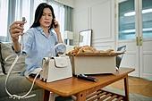 중년여자 (성인여자), 쇼핑 (상업활동), 온라인쇼핑 (전자상거래), 해외직구 (상업활동), 비대면, 열기 (움직이는활동), 실망 (슬픔), 교환, 통화중 (움직이는활동), 불평