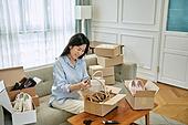 중년여자 (성인여자), 쇼핑 (상업활동), 온라인쇼핑 (전자상거래), 쇼핑중독 (쇼핑), 해외직구 (상업활동), 비대면, 열기 (움직이는활동), 과소비 (컨셉)