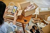 중년여자 (성인여자), 쇼핑 (상업활동), 온라인쇼핑 (전자상거래), 해외직구 (상업활동), 비대면, 모바일결제 (금융아이템), 스마트폰, 사람손 (주요신체부분)