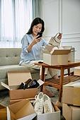 중년여자 (성인여자), 쇼핑 (상업활동), 온라인쇼핑 (전자상거래), 해외직구 (상업활동), 비대면, 모바일결제 (금융아이템), 미소