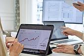 사무실 (업무현장), 비즈니스미팅 (미팅), 비즈니스, 회의실, 디지털태블릿 (개인용컴퓨터), 그래프, 분석