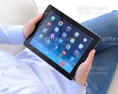 Using Apple iPad tablet pc
