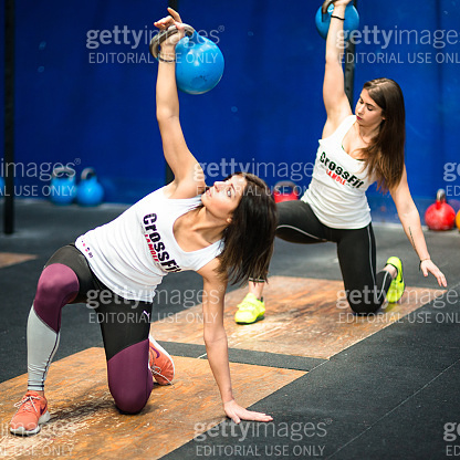 gym class lifting a kettlebell in a gym La Mole