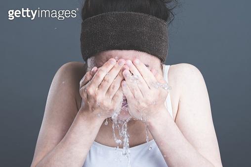 Women, Washing Face