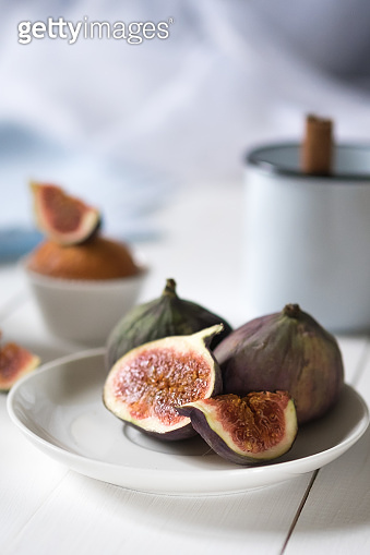 A plate of figs