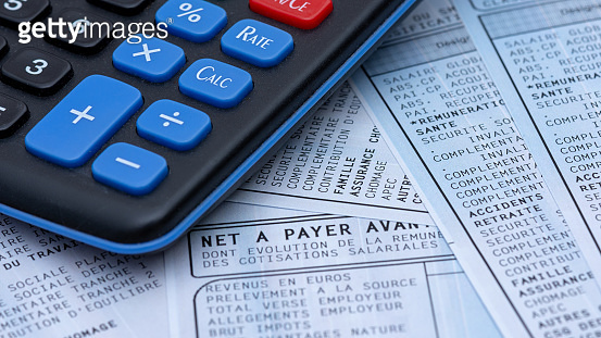 French payroll with social contributions along with a calculator