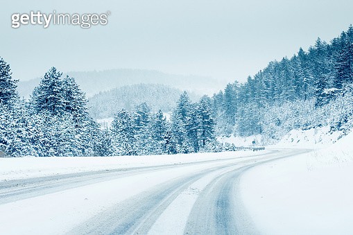 Show fall road forest mountain in winter