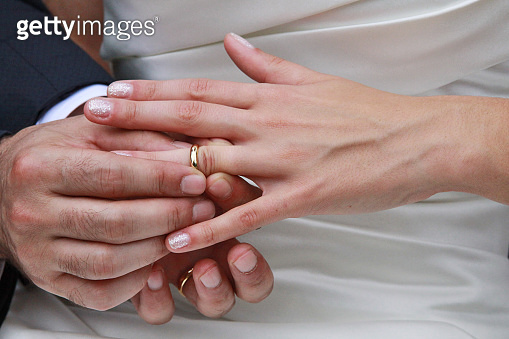 Sposi si scambiano fedi nuziali