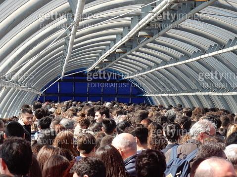 Folla nel tunnel della Nuova Fiera di Roma