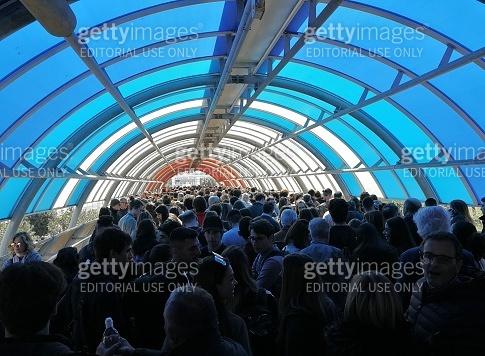 Roma - Folla nel tunnel pedonale dell'ingresso nord