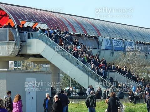 Persone in fila all'ingresso nord della Nuova Fiera di Roma