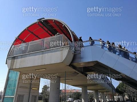 Roma - Studenti al tunnel pedonale della Nuova Fiera di Roma
