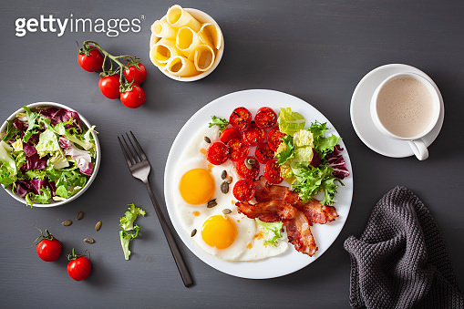 healthy keto breakfast: egg, tomatoes, salad leaves and bacon