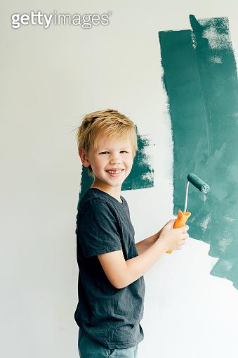 child paints the walls